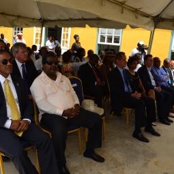 Vooraan de belangrijkste gasten. Hier zie je vooral afgevaardigden van de politieke partijen.
