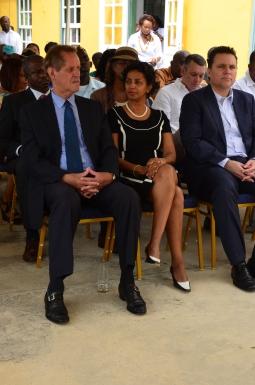 Hier in het midden: gouverneur Adèle van der Pluijm-Vrede. Herkent u rechts achter haar al spelend met zijn telefoon Gerrit Schotte, de voormalige premier van Korsou?