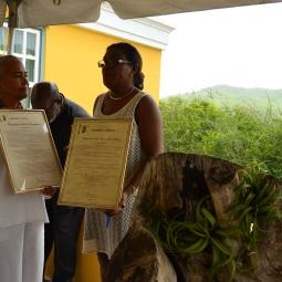 Links Jeanne Hendriquez van Museo Tula en rechts nogmaals de minister van Cultuur Rubia Bitorin