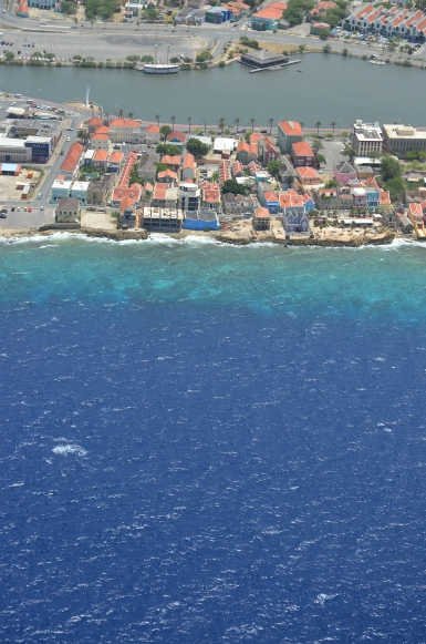 Punda aan Zee, mijn oude huis. Zie je het liggen?